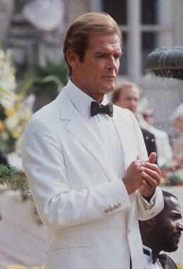 Roger Moore lors du tournage du film <em>Dangereusement vôtre</em> en 1984 (AFP)