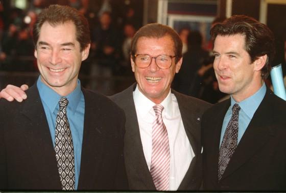 Trois acteurs qui ont joué James Bond : Timothy Dalton, Roger Moore et Pierce Brosnan en 1996 (AP, Alastair Grant)