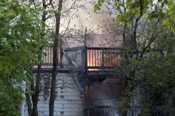 Une grande partie du bâtiment était déjà touchée à l'arrivée des pompiers. (Stéphane Lessard, Le Nouvelliste)