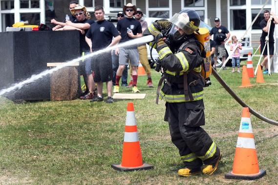 Cinq équipes de pompiers ont pris part au défi L'Anse-flamme, une compétition amicale organisée au Mont-Édouard, à L'Anse-Saint-Jean. (Le Quotidien, Rocket Lavoie)