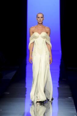 Jean Paul Gaultier (né en 1952), collection Black Swan, modèle Cygne blanc, haute couture automne‐hiver 2011-2012. Modèle porté par Ève Salvail. (Photo © Patrice Stable/Jean Paul Gaultier)
