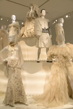 Vue de l'exposition Love Is Love : le mariage pour tous à la Jean Paul Gaultier, Musée des beaux-arts de Montréal, 2017. (Photo Pierre Longtin)