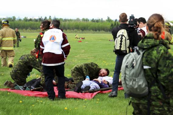 Les «victimes» étaient transportées à l'écart du site de l'écrasement où les premiers soins étaient prodigués. (Le Quotidien, Yohann Gasse)