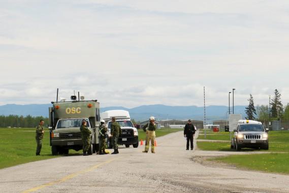 Après être intervenu pour un vrai écrasement la veille, cet équipage d'un Griffon de l'Escadron 439 a transporté les «blessés» les plus graves à l'hôpital de Chicoutimi. (Le Quotidien, Yohann Gasse)