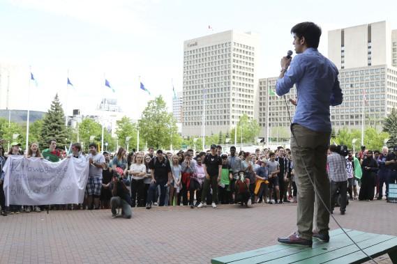 Des milliers de francophones étaient devant l'hôtel de ville d'Ottawa ce matin. (PATRICK WOODBURY, Le Droit)