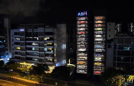 De la rue, l'édifice ressemble à une boîte de voitures miniatures Matchbox et semble être la façon la plus branchée d'acheter une voiture de collection. (Photo ROSLAN RAHMAN, AFP)