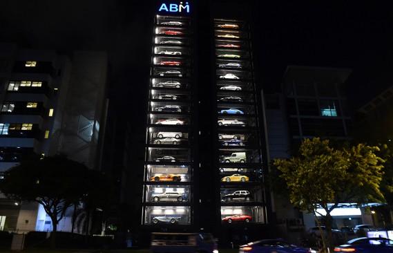La façade entièrement vitrée met en vedette les voitures exotiques et luxueuses, qui sont réparties sur 15 étages et en 4 colonnes. Un système automatisé hautement technologique est utilisé pour gérer les 60 véhicules et les sortir comme une distributrice géante. (Photo ROSLAN RAHMAN, AFP)