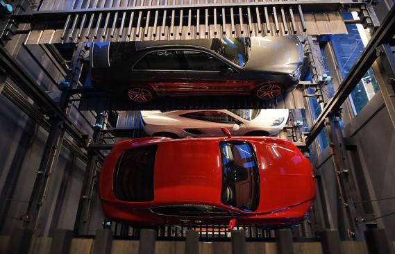 «Nous devions répondre à notre besoin de stocker une quantité importante de voitures. En même temps, nous voulions le faire en usant de créativité et d'innovation», a affirmé Gary Hong, directeur général d'Autobahn, à l'agence de presse. (Photo ROSLAN RAHMAN, AFP)
