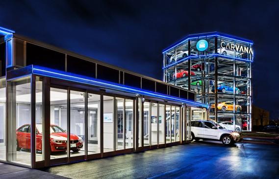 Si vous ne pouvez vous rendre à Singapour, l'entreprise Carvana possède de petites distributrices de voitures dans plusieurs villes des États-Unis. Elle en a d'ailleurs récemment inauguré une de huit étages. Sur notre photo, la concession de Nashville. (Photo fournie par Carvana)