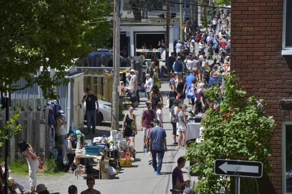 Les résidents et les visiteurs étaient nombreux à faire de bonnes affaires. (Le Soleil, Yan Doublet)