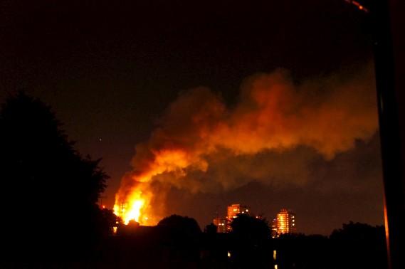 L'incendie a illuminé la nuit. (AFP, Jonathan Kelly)