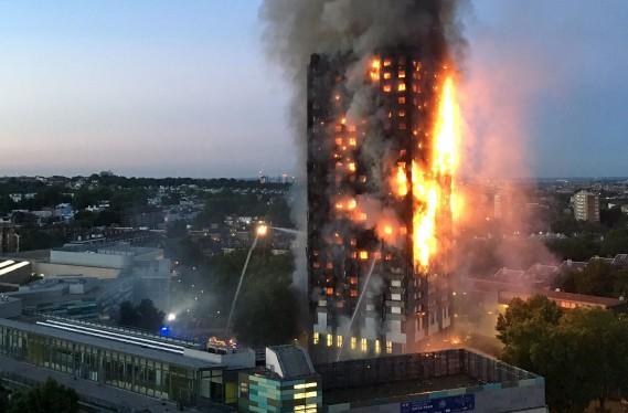 L'énorme incendie dans une tour d'habitation de Londres a fait plusieurs morts et des dizaines de blessés. (AFP, Natalie Oxford)