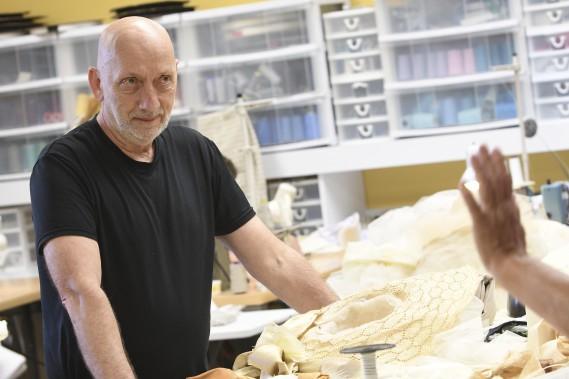 Le metteur en scène Louis Wauthier observe le travail à l'atelier de couture. (Le Quotidien, Michel Tremblay)