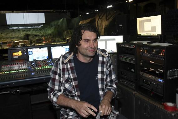 Le sonorisateur Serge Lachance édite les quelque 50 pistes sonores différentes. (Le Quotidien, Michel Tremblay)