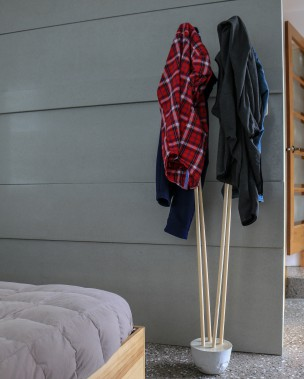 Patère avec socle de béton et supports en bois. (Béton Multi Surfaces)