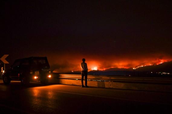 Les flammes s'élevaient dans la nuit. (AFP, Patricia De Melo Moreira)