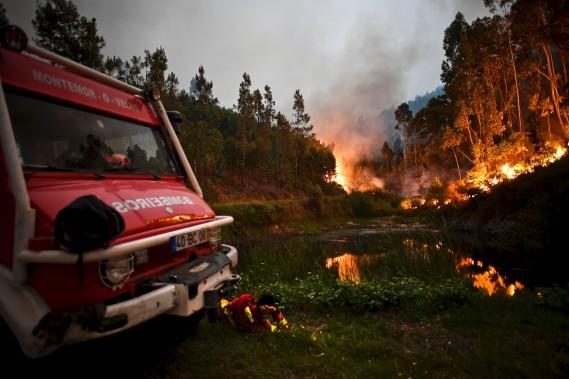 Un pompier prend quelques minutes de répit durant son combat contre le feu de forêt. (AFP, Patricia De Melo Moreira)