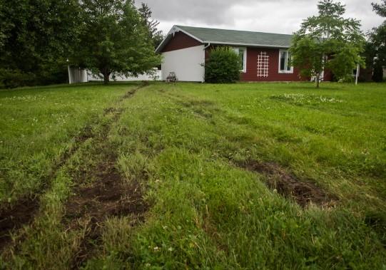 On pouvait apercevoir les traces laissées par la voiture sur la pelouse menant à la maison. (François Gervais, Le Nouvelliste)