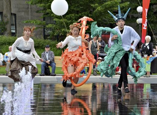 Des artistes en ont profité pour s'amuser dans les jeux d'eau, malgré les averses qui ont ponctué la journée. (Le Soleil, Patrice Laroche)