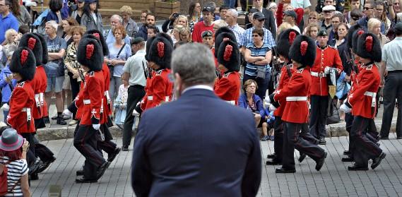 Régis Labeaume observe la garde d'honneur. (Le Soleil, Patrice Laroche)