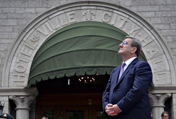 Le maire de Québec, Régis Labeaume, devant l'hôtel de ville. (Le Soleil, Patrice Laroche)