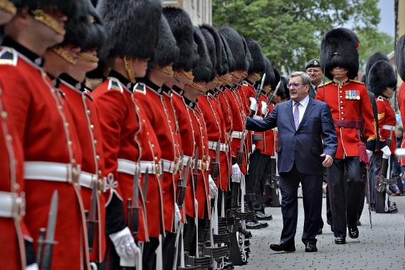 Régis Labeaume a procédé à la traditionnelle inspection de la garde d'honneur. (Le Soleil, Patrice Laroche)