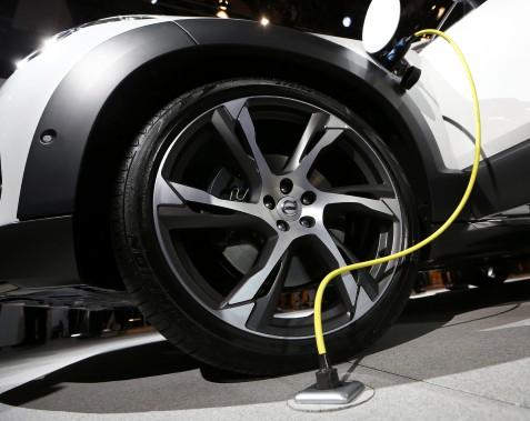 La prise d'une Volvo XC-90 2016 hybride rechargeable, photographiée au Salon de l'auto de Détroit 2015. (REUTERS)