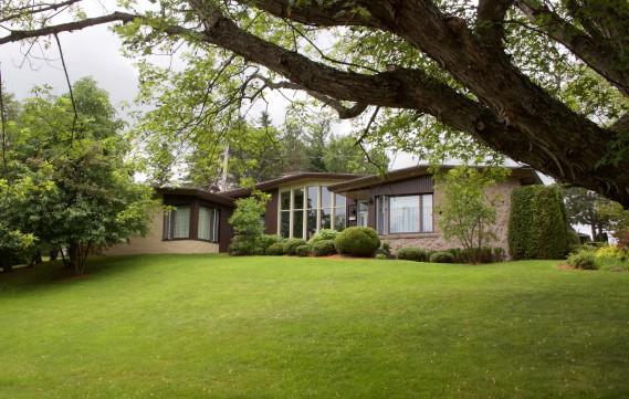 La Maison J.-D. Leblanc s'inscrit dans la série des bungalows à toit en batière signés Paul-Marie Côté. La maison, plain-pied, a été construite en 1956. (Mélissa Bradette)