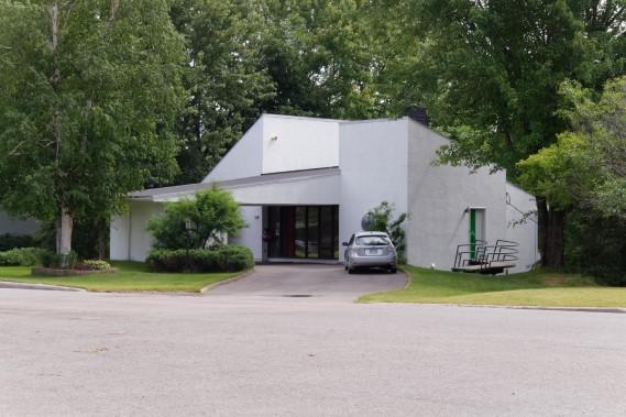 La Maison Aurélien-Carré se distingue par son expressionnisme formel anguleux. Le bâtiment, construit en 1972, selon les plans de l'architecte Jacques Coutu, se compose de trois corps de bâtiments coiffés de toits en appentis. (Mélissa Bradette)