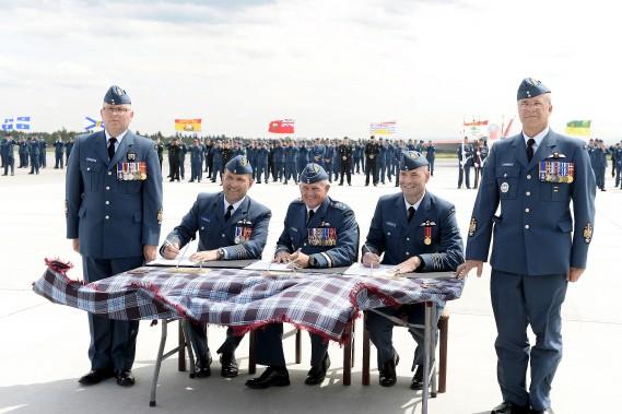 La cérémonie a permis la signature des différents documents officiels. (Photo Le Quotidien, Jeannot Lévesque)