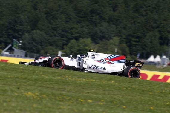 Lance Stroll enfile sa Williams FW40 dans un virage lors de la première séance d'essais libres au Red Bull Ring de Spielberg, en Autriche. (AFP)