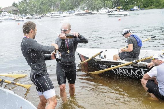 Fabien Marceau et Karl Goulet étaient bien heureux de pouvoir sabrer le champagne, à l'arrivée de la 44e édition du marathon PROCO de chaloupes à rames de 42 kilomètres de Festirame. (Photo Le Quotidien, Gimmy Desbiens)