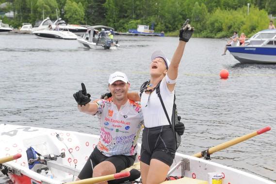 Bernadette Girard et Éric Gagnon ont défendu leur titre en chaloupe à rames mixte. (Photo Le Quotidien, Gimmy Desbiens)
