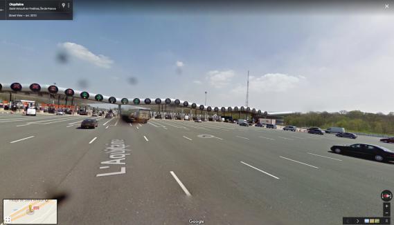 L'approche vers les guichets d'un péage implique la gestion de flux croisés de trafic. Celui deSaint-Arnoult-en-Yvelines est le plus grand d'Europe. ()