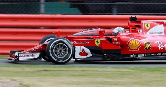 Sebastian Vettel au volant de sa Ferrari SF70H munie d'un écran protecteur expérimental. (REUTERS)