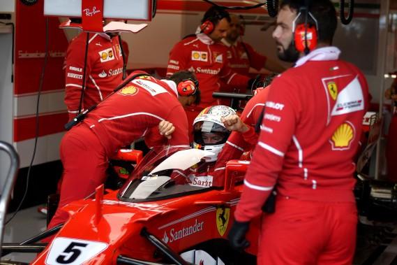 L'Allemand Sebastian Vettel s'apprête à quitter le garage Ferrari pour les essais. (AFP)