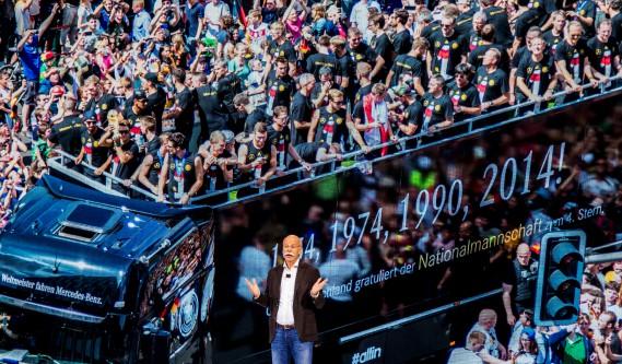 Le PDG de Daimler Dieter Zetsche faisant un discours devant une photo géante d'un camion Mercedes utilisé en 2014 pour le défilé de la victoire de l'équipe de soccer championne du Mondial de soccer. Photo: Reuters (REUTERS)