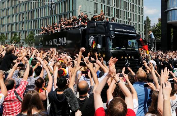 Le défilé de la victoire au Mondial de soccer 2014 a évidemment impliqué un camion remorque Mercedes. (REUTERS)