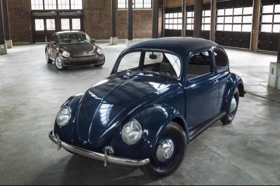 1949 : La première Beetle exportée en Amérique du Nord avait cette apparrence. En arrière-plan, une Beetle moderne. (Photo : Volkswagen)