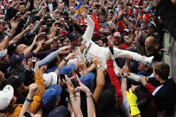 Le pilote Lewis Hamilton, qui a surfé sur ses fans après sa victoire de dimanche, enterprendra la secone moitié de la saison en position de force. Il se retrouve à un seul point du meneur Sebastian Vettell. (Photo : AP)