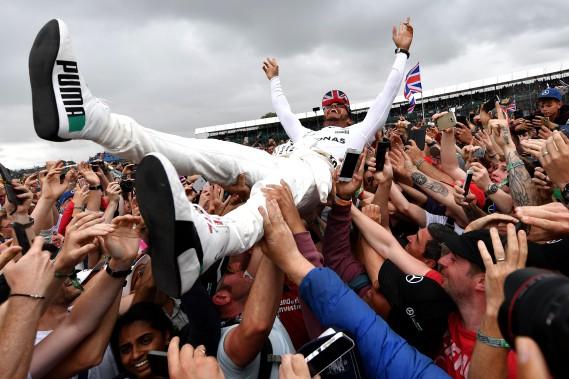 Lewis Hamilton a surfé sur ses fans après sa victoire de dimanche (AFP)