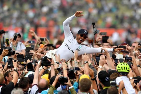 Lewis Hamilton durant son quatrième bain de foule de la victoire à Silverstone. (AFP)
