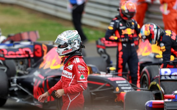 Le pilote Sebastian Vettel, de Ferrari, était déçu en sortant de sa Ferrari. Sa crevaison au 50e tour lui a fait perdre plusieurs places. (REUTERS)