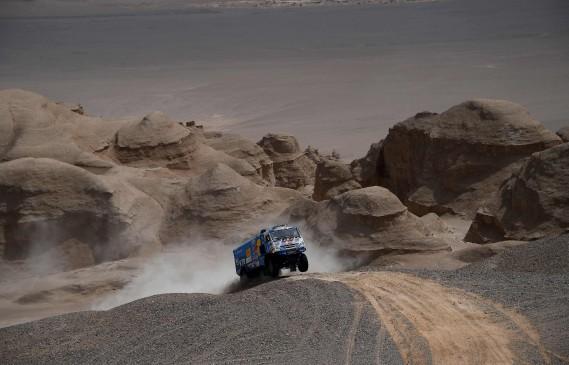 Les Russes Ayrat Mardeev, Aydar Bélyaev et Dimitri Svistunov, de l'écurie Kamaz, sont au 3e rang du classement dans la catégorie camions, entièrement dominée par des Russes. (AFP)