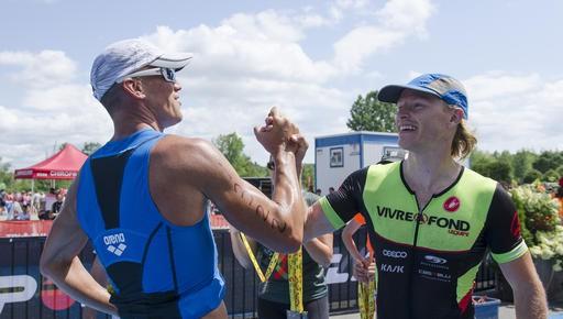Cinq fois champion du demi-ironman Trimemphré, Chuck Perreault (gauche) félicite le vainqueur 2017 de l'événement, Victor Larocque. (Spectre Média, Stéphanie Vallières)