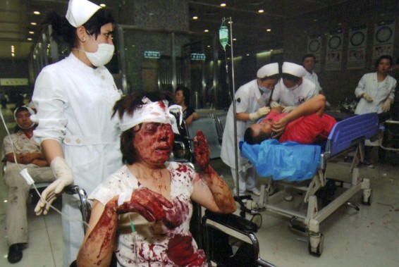 Des infirmières soignent des blessés durant les troubles de l'été 2009, à Urumqi. La photo a été diffusée le 7 juillet 2009. Selon une organisation d'exilés ouïghours basée à l'étranger, le rallye a «surtout un objectif politique». «C'est de renvoyer une bonne image à l'étranger. Et de dissimuler la réalité de la résistance des Ouïghours.» (AP)
