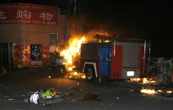 Un camion de pompiers flambe durant une émeute à Urumqi, dans la nuit du 5 au 6 juillet 2009, au pire des troubles qui ont secoué la région. (Agence de nouvelles Xinhua, via AP)