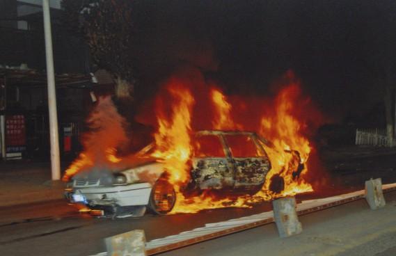 La région est toujours sous tension après les émeutes de 2009. Cette photo prise dans la nuit du 5 juillet 2009 montre une voiture incendiée durant les troubles. Photo: AP (AP)