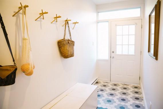 L'aménagement minimaliste de ce vestibule lumineux lui confère un réel effet de grandeur. On aime les crochets de bois au mur ainsi que la magnifique mosaïque de céramique au plancher. (photo Marie-Christine Gobeil, collaboration spéciale)