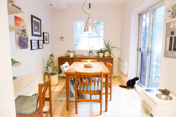 La salle à manger est chaleureuse-parfaite pour les chats qui voudraient se réchauffer au soleil-et a un petit airmid-century modern, avec ses meubles en teck. (photo Marie-Christine Gobeil, collaboration spéciale)